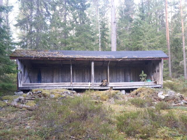 Vindskyddet vid Sarvtjärn har fått nytt tak.