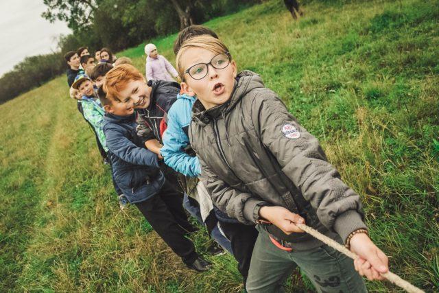 Barn som har dragkamp