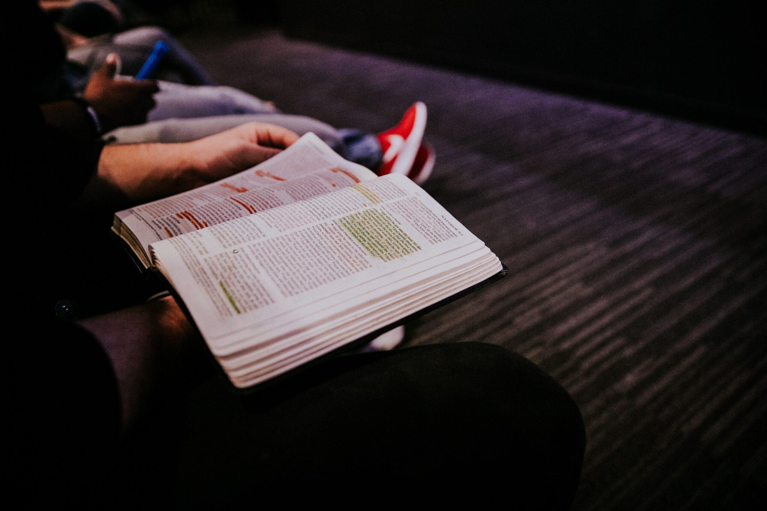 Några sitter och läser Bibeln