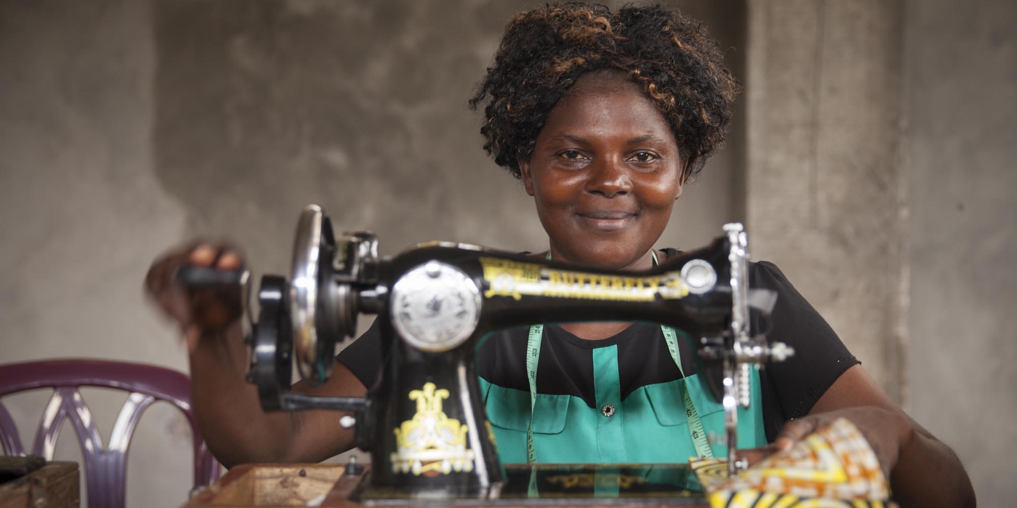 Kvinna med symaskin