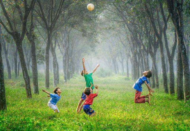 Lekande barn som hoppar