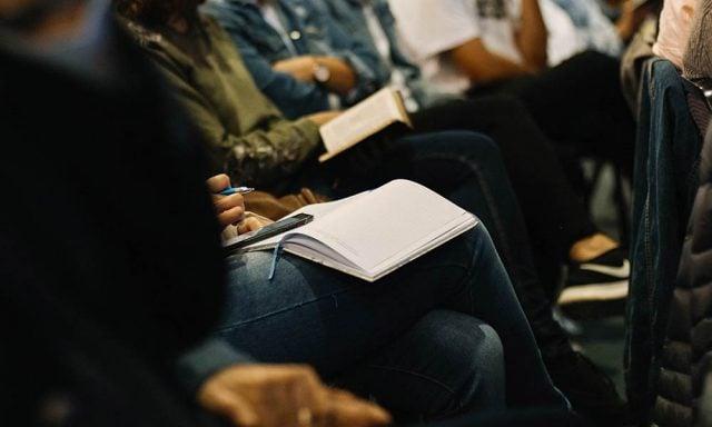 Personer med biblar i knät