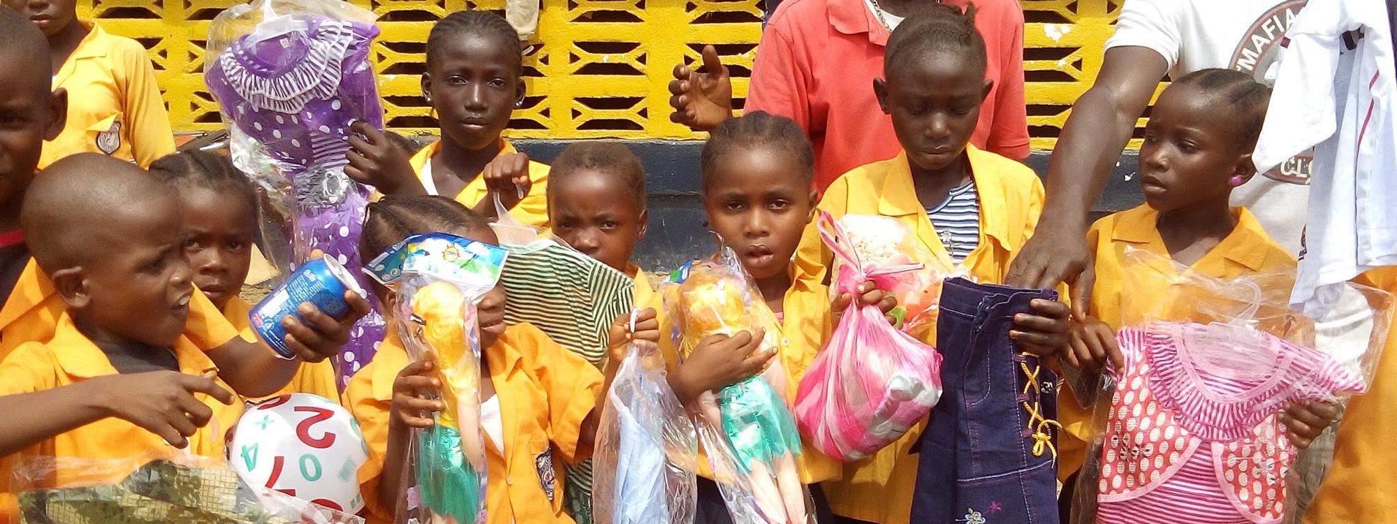 Barn håller i matpaket