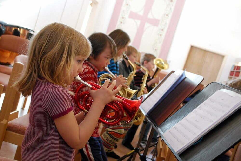 Barn som spelar trumpet