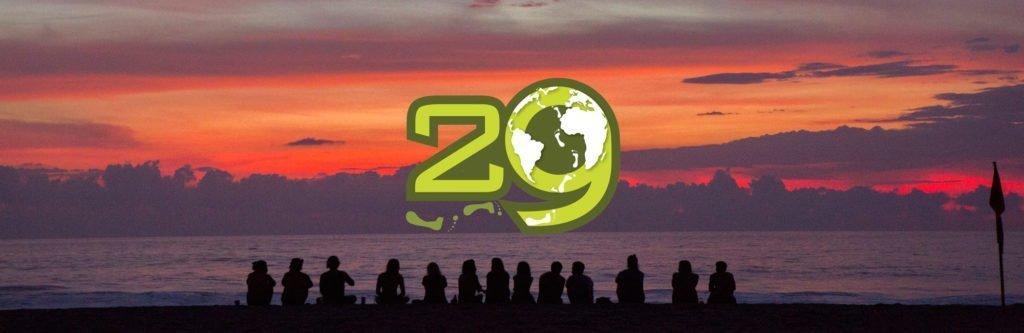 Apg29 - logotyp mot bakgrund med personer som tittar på solnedgången