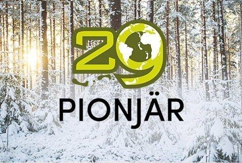 Apg29 Pionjär - logo mot bild med snötäckt skog