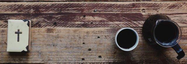 Bord med bibel och kaffekopp