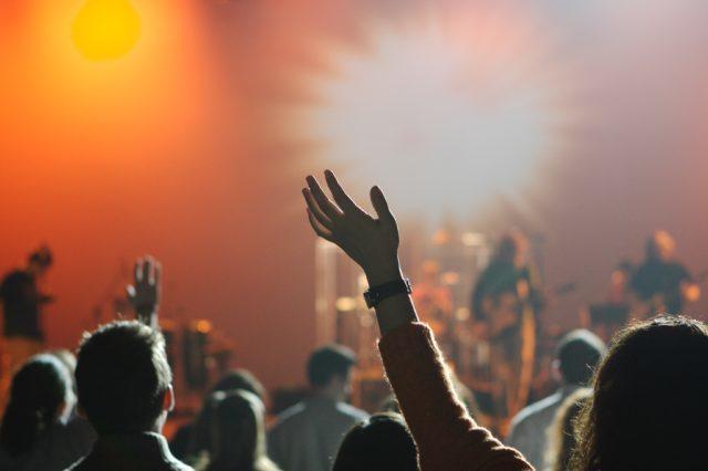 Lovprisning under konsert med evangelisation