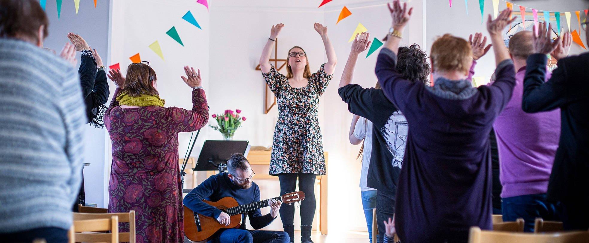 Gudstjänst med sång och rörelser
