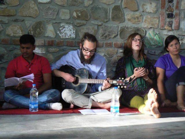 Lovsång och andakt i Indien