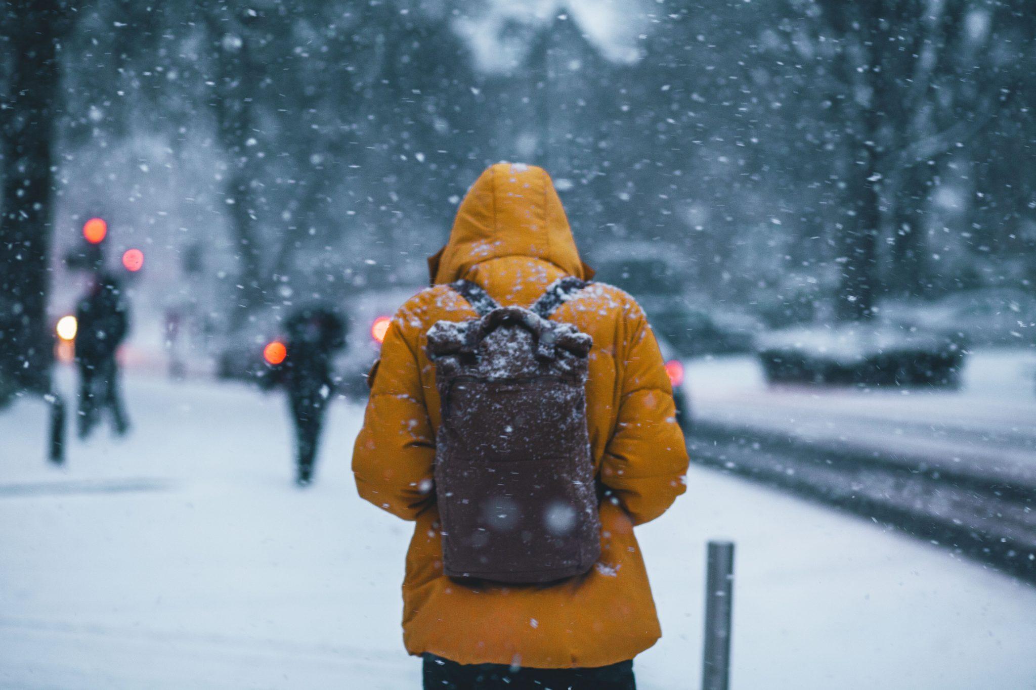 Man som promenerar en kall vinterkväll