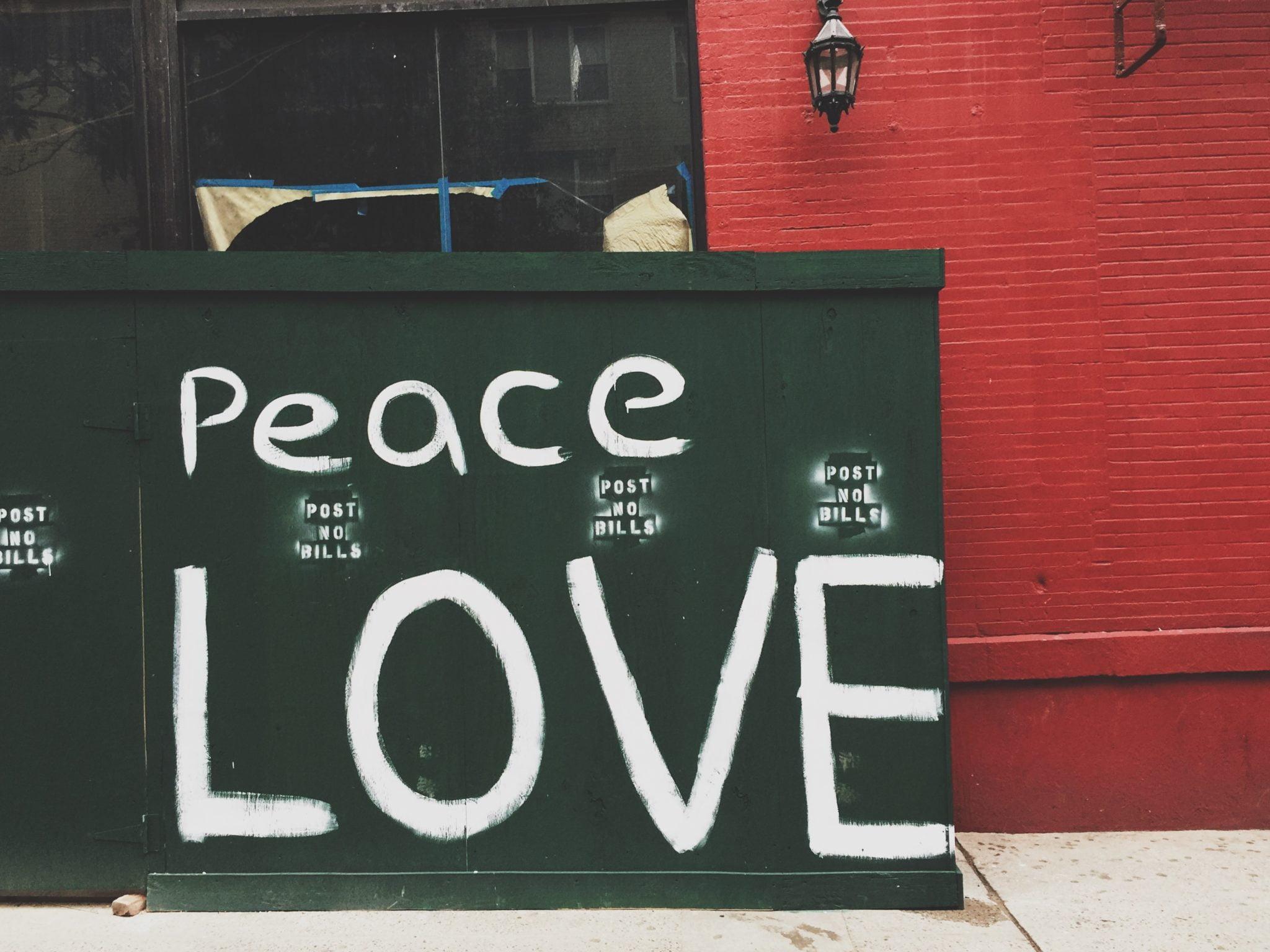 Peace Love - Text på grön vägg