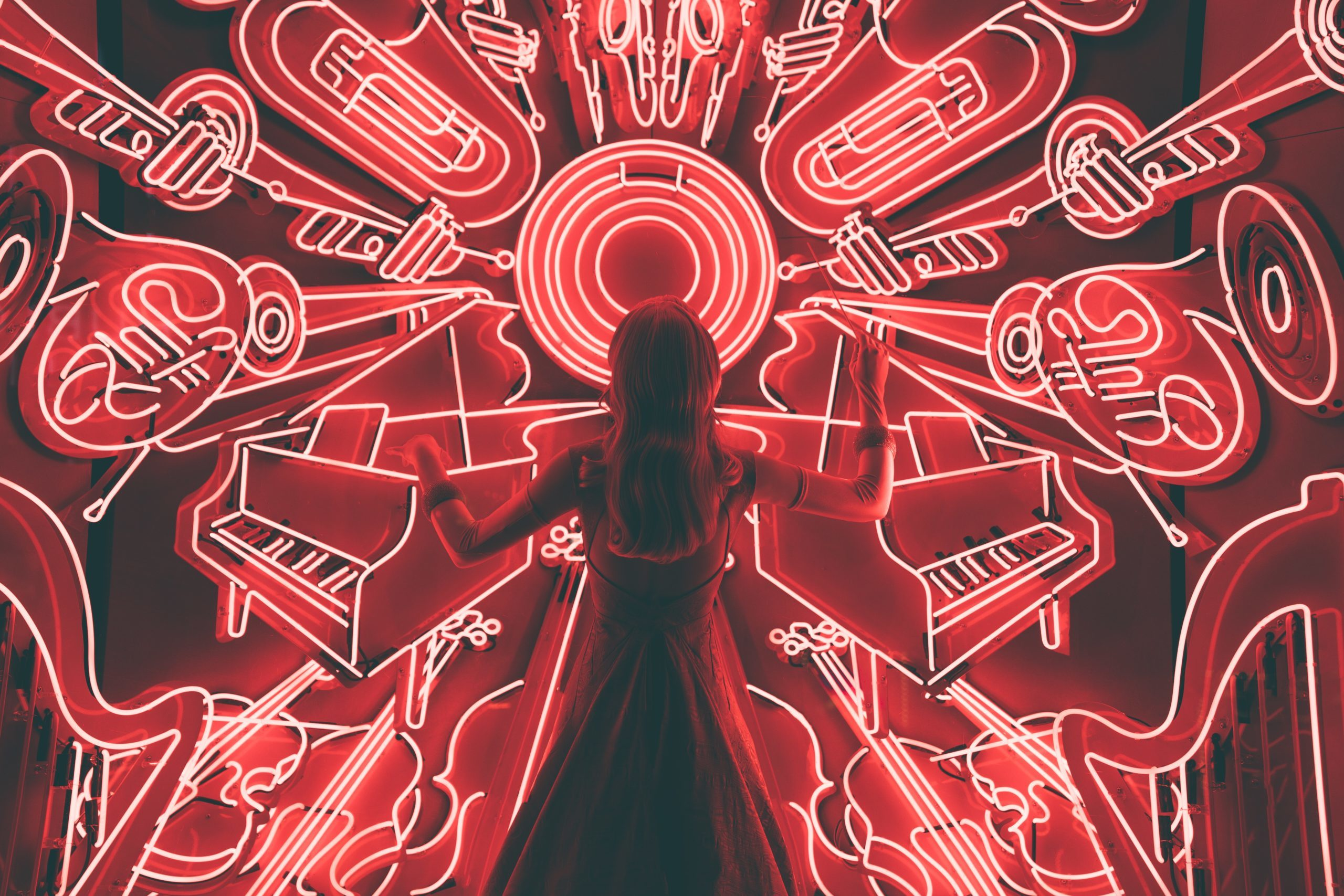 Kvinna målar musikinstrument