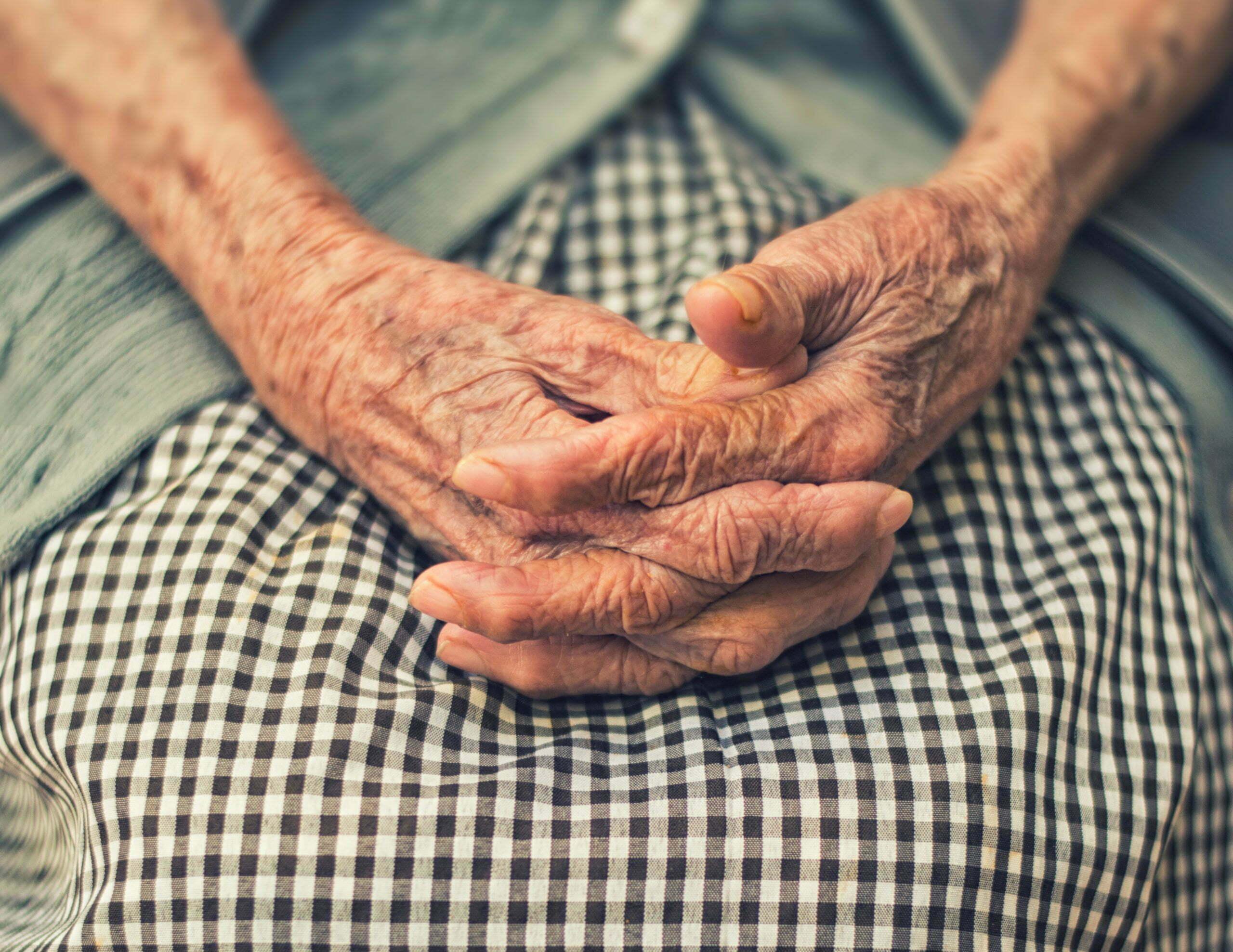 En äldre kvinnas händer