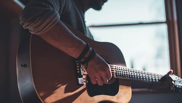 Man som spelar gitarr