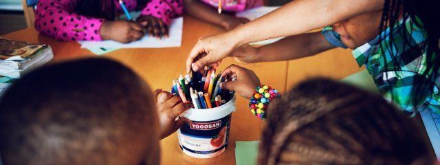 Barn som ritar och målar
