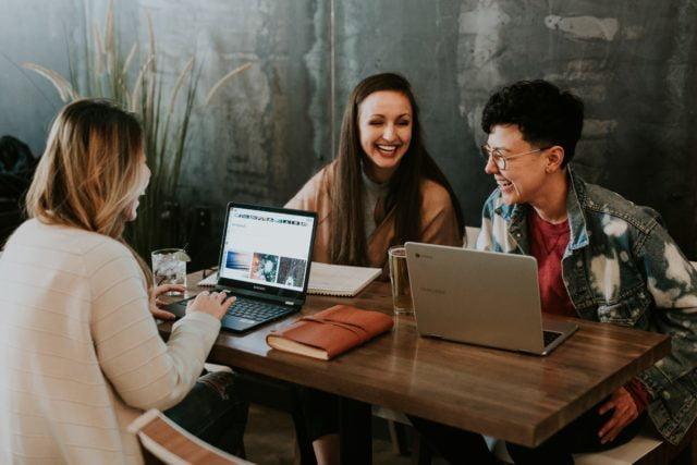 Kvinnor pratar och skrattar på utbildning