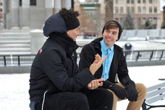 Två unga män som pratar