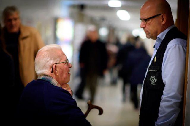 Två män samtalar i en sjukhuskorridor