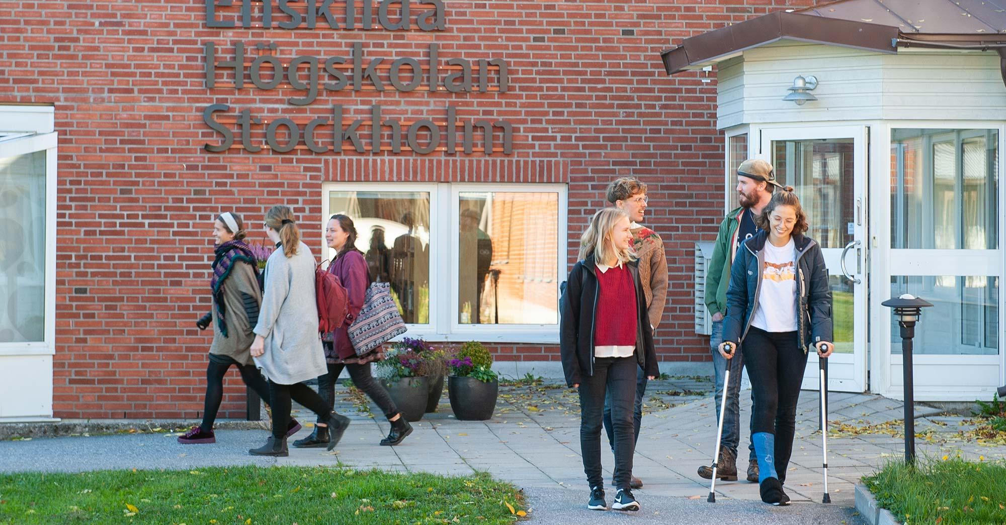 Elever framför Enskilda Högskolan