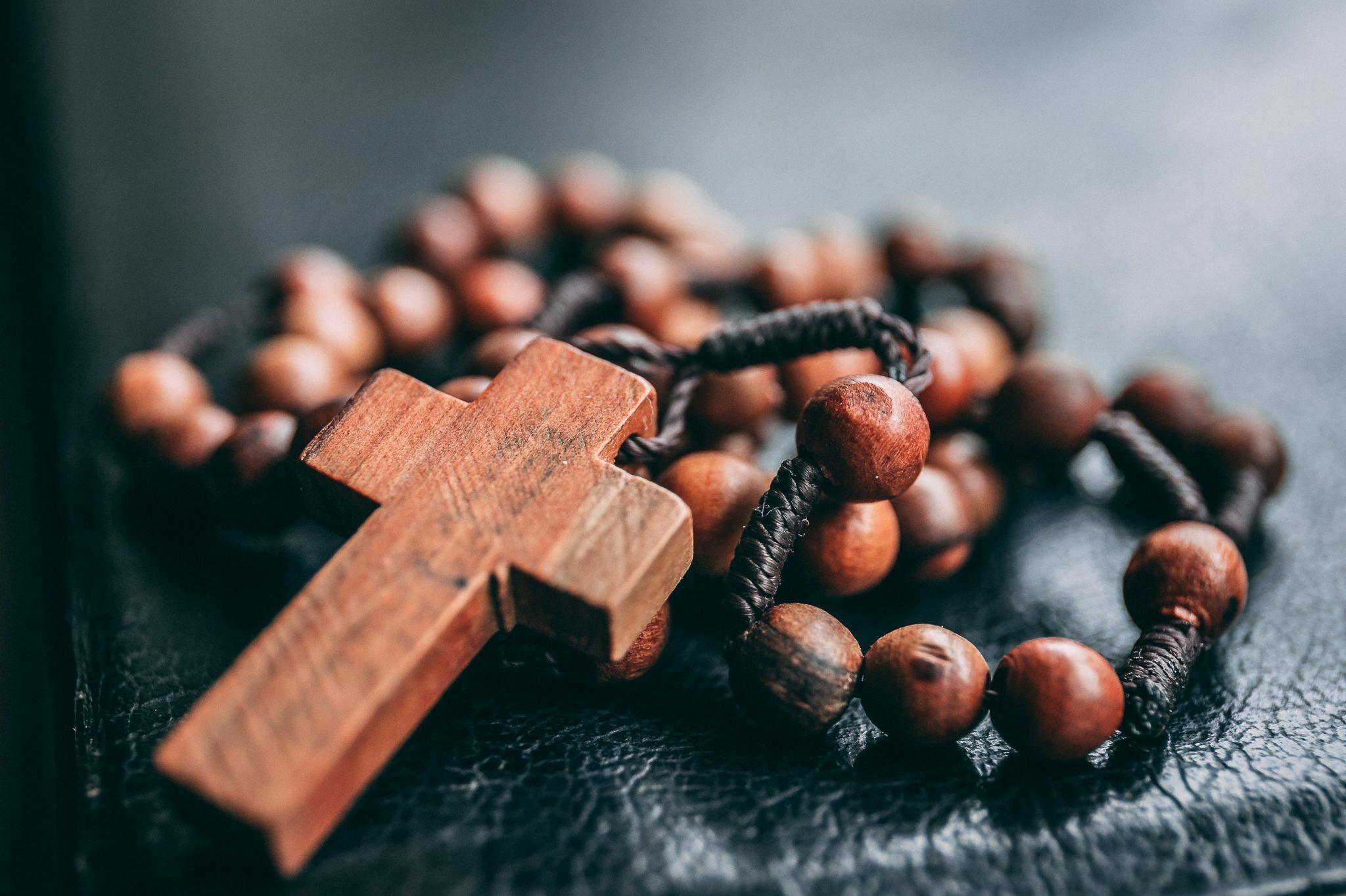 Kors i trä med halsband