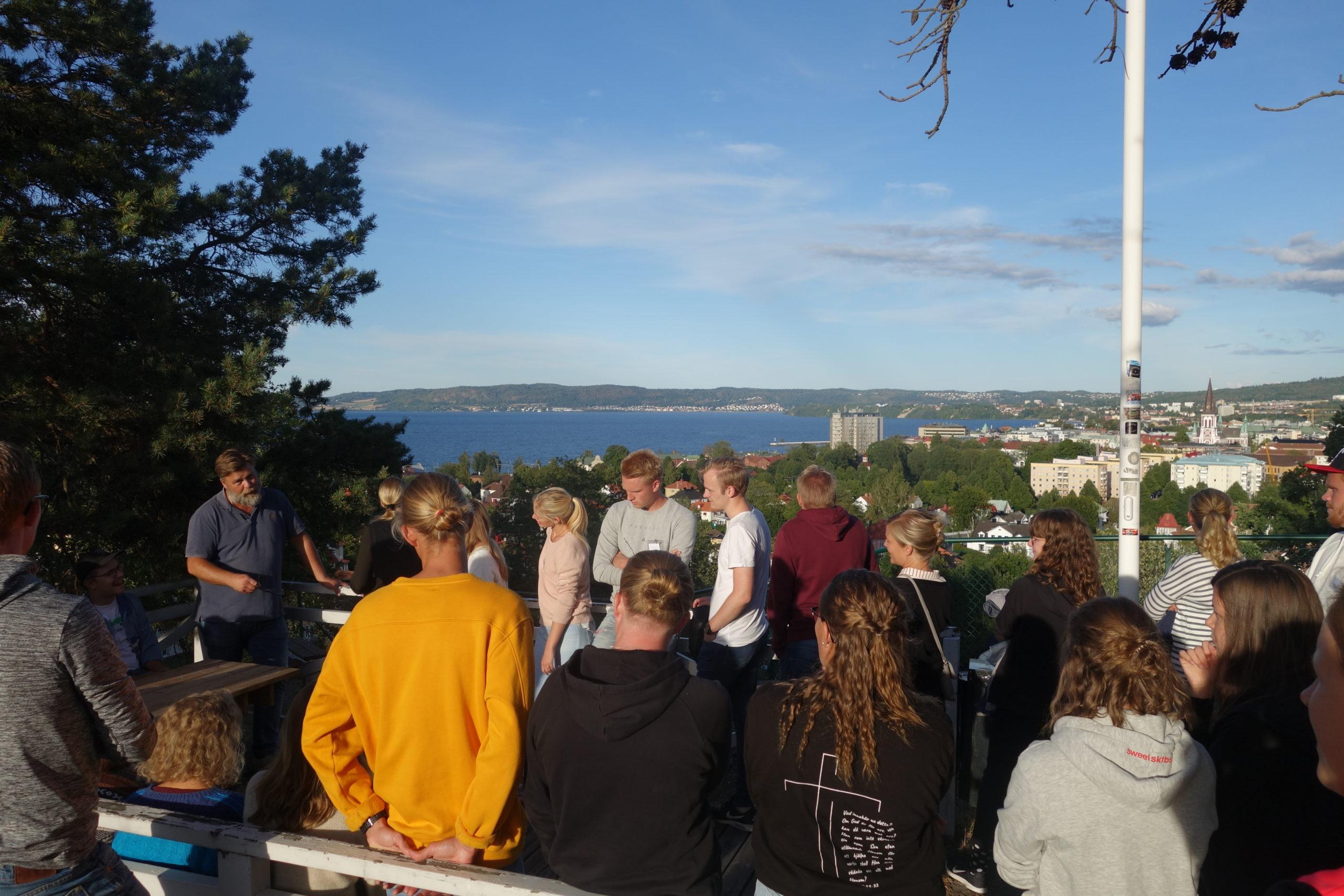 Elever och lärare utomhus - Ungdomsledarutbildningen
