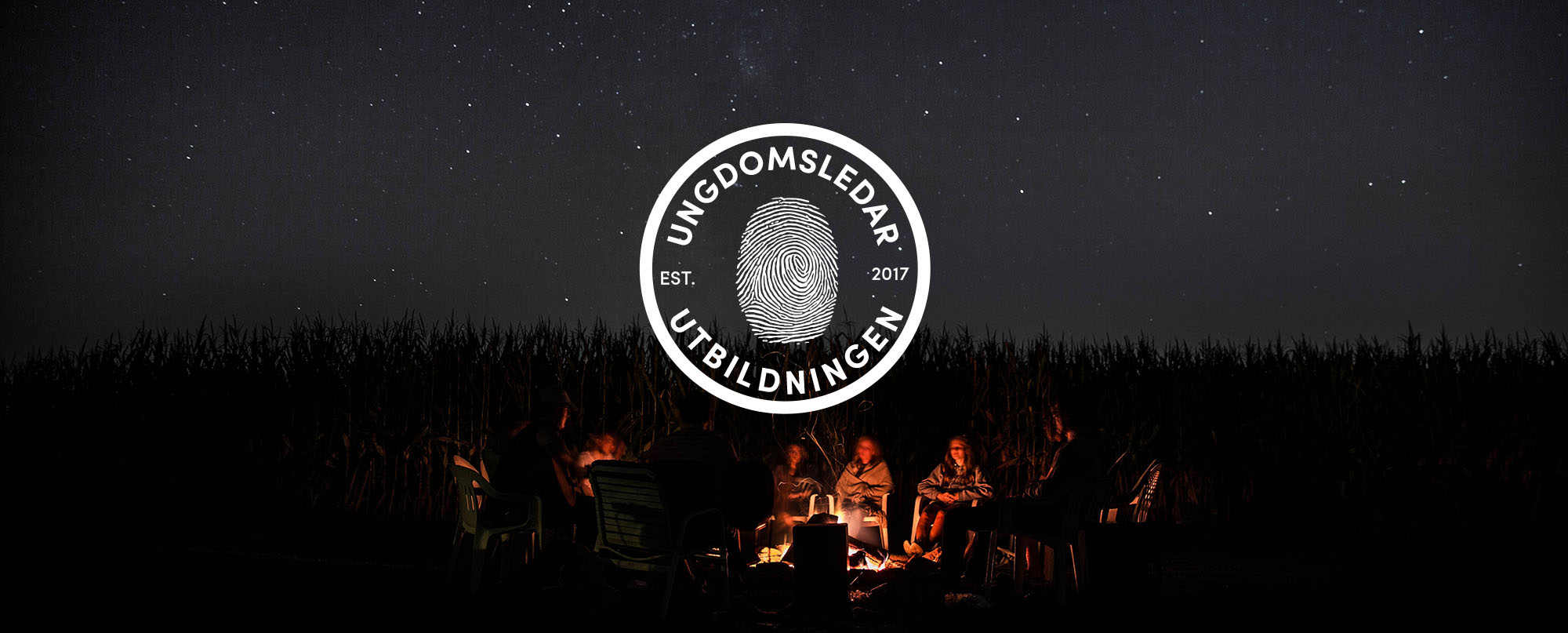 Toppbild Ungdomsledarutbildningen - elever vid eld en stjärnklar natt - logotyp