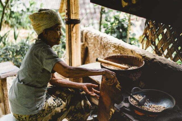 Kvinna lagar mat i hydda