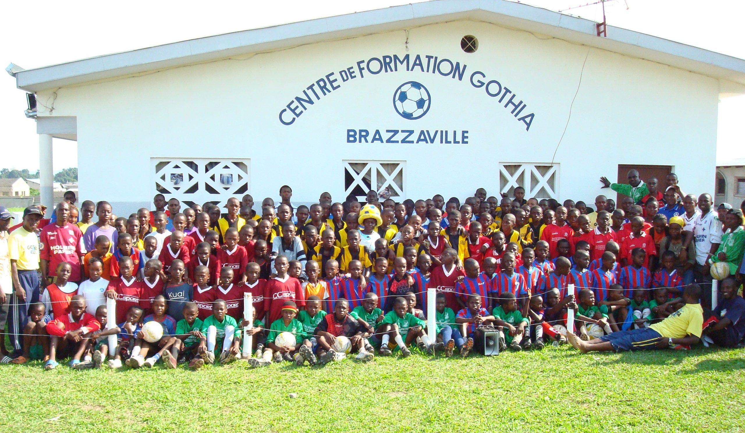 Barn och ledare framför klubbhuset
