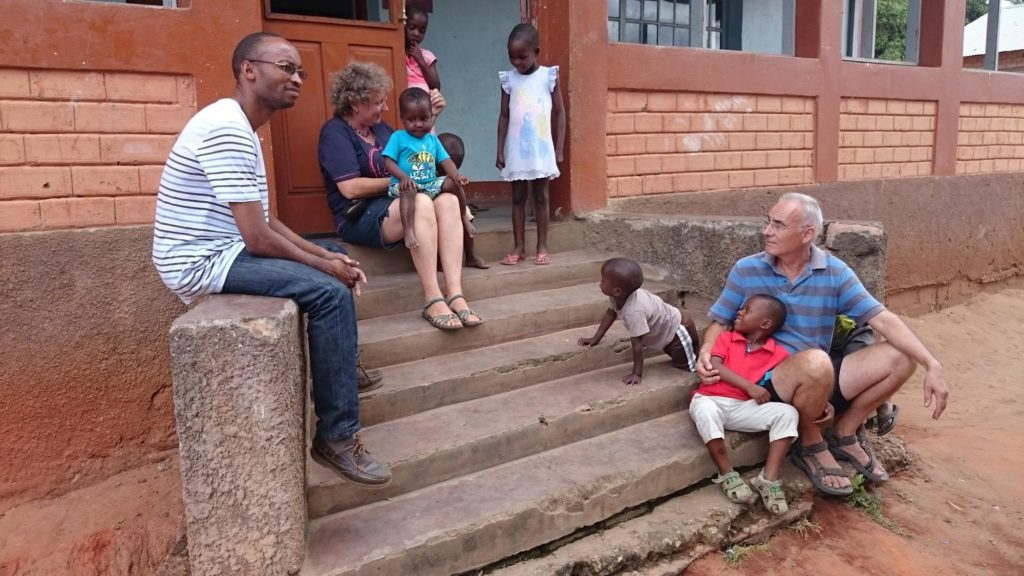 Barn och ledare utanför ett barnhem