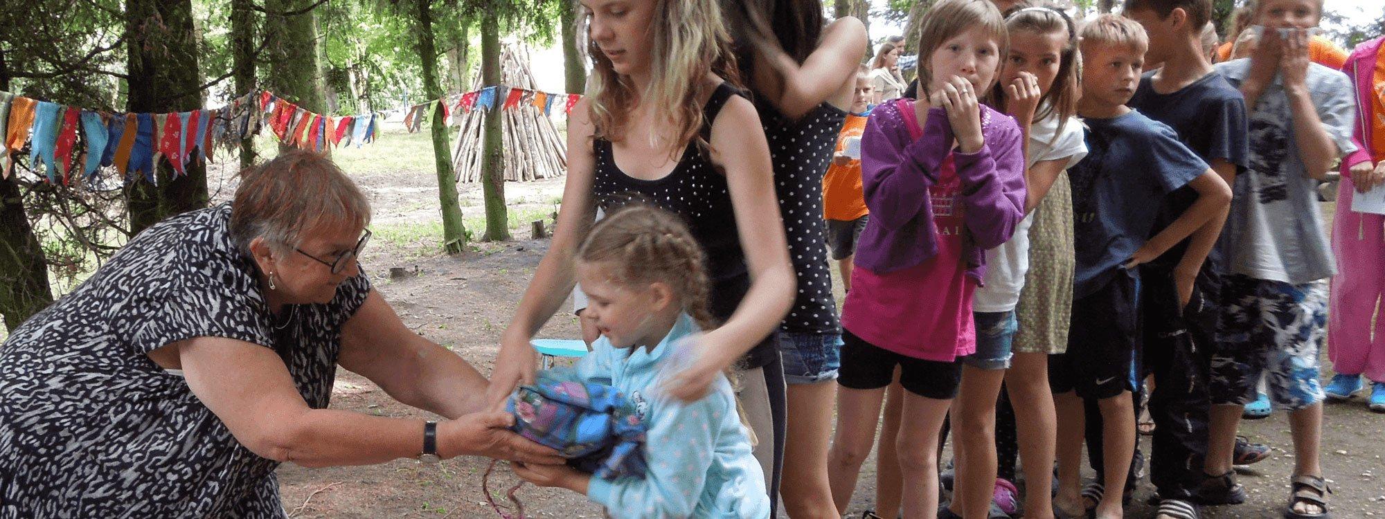 En kö med barn som får gåvor på ett läger
