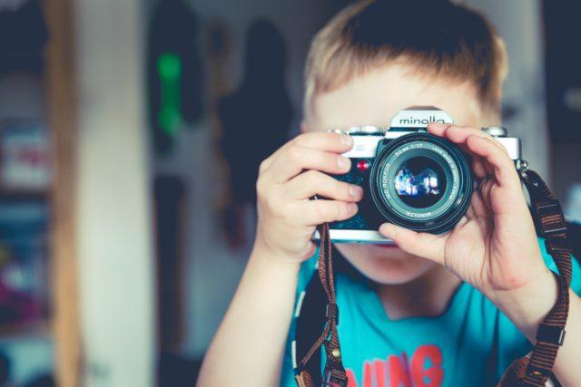 Barn som fotograferar
