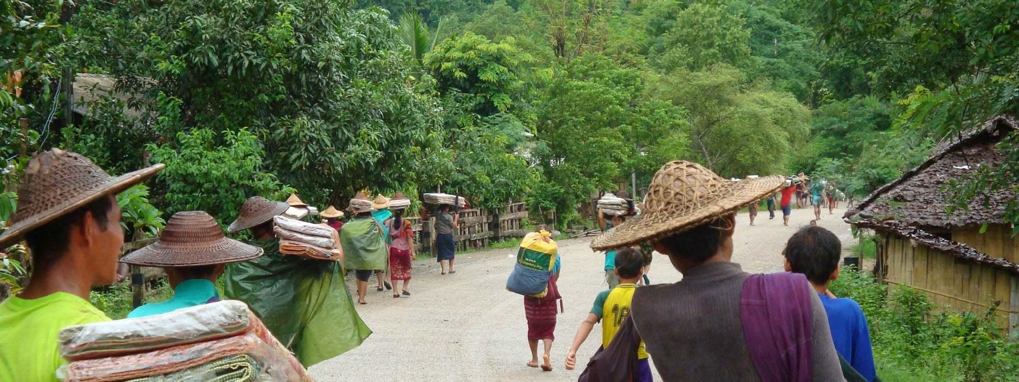 Personer som går på en väg i Burma