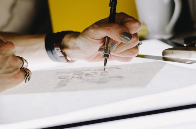 Formgivning och skiss med papper och penna