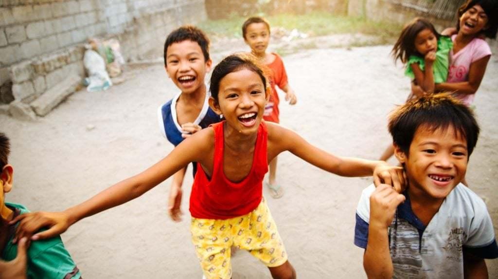 Grupp med barn som skrattar