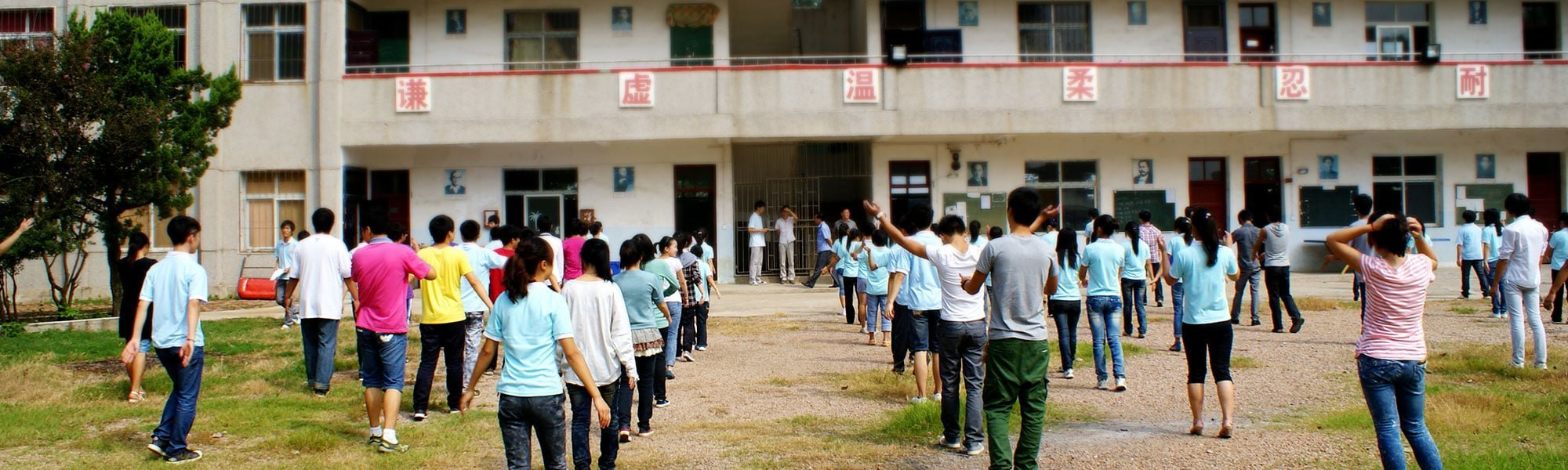 Pausgymnastik för elever utanför en skola