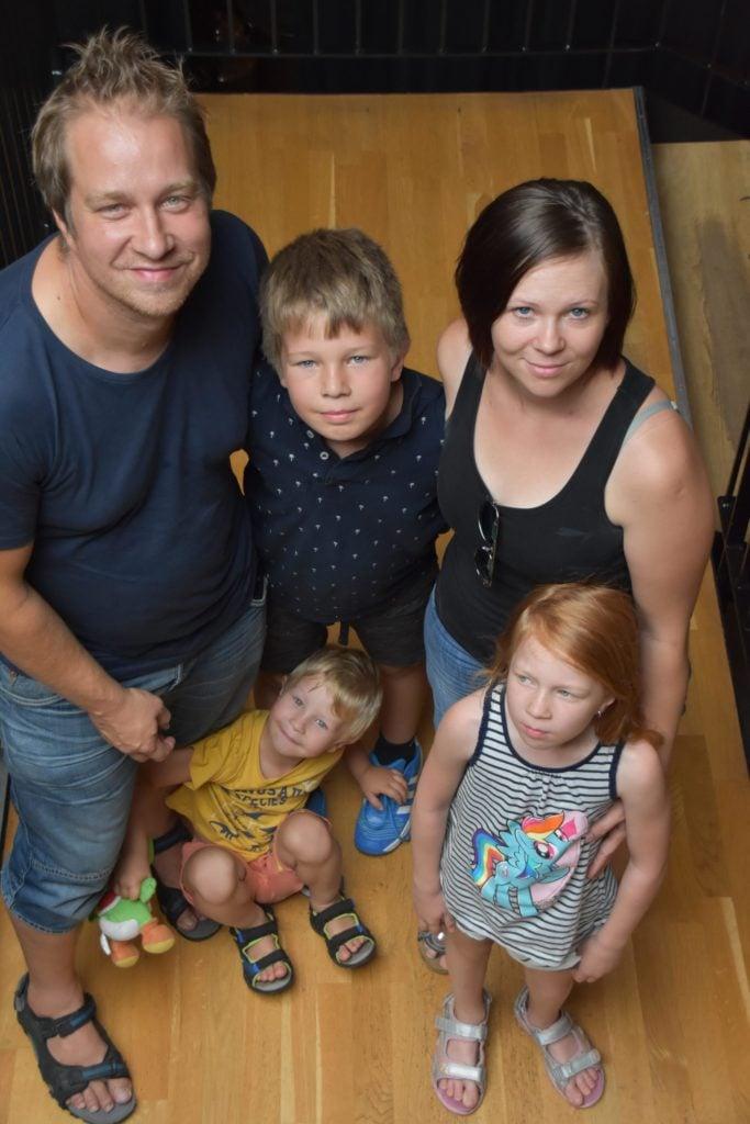 David och Jesica Eriksson med familj