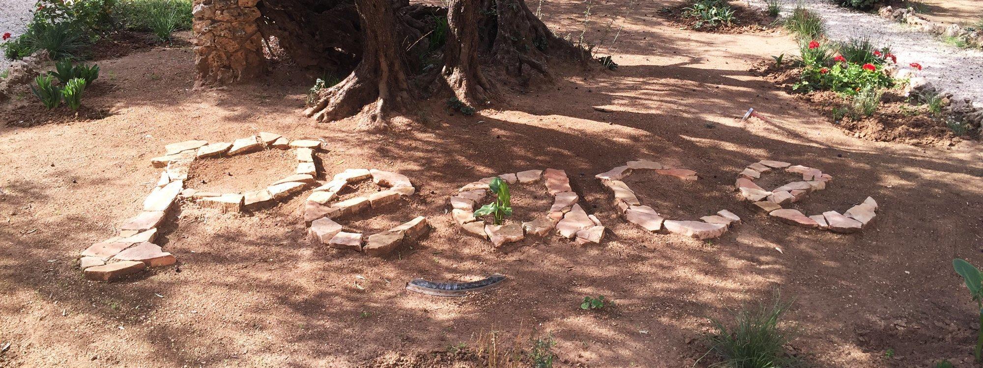 Peace skrivet på marken med stenar