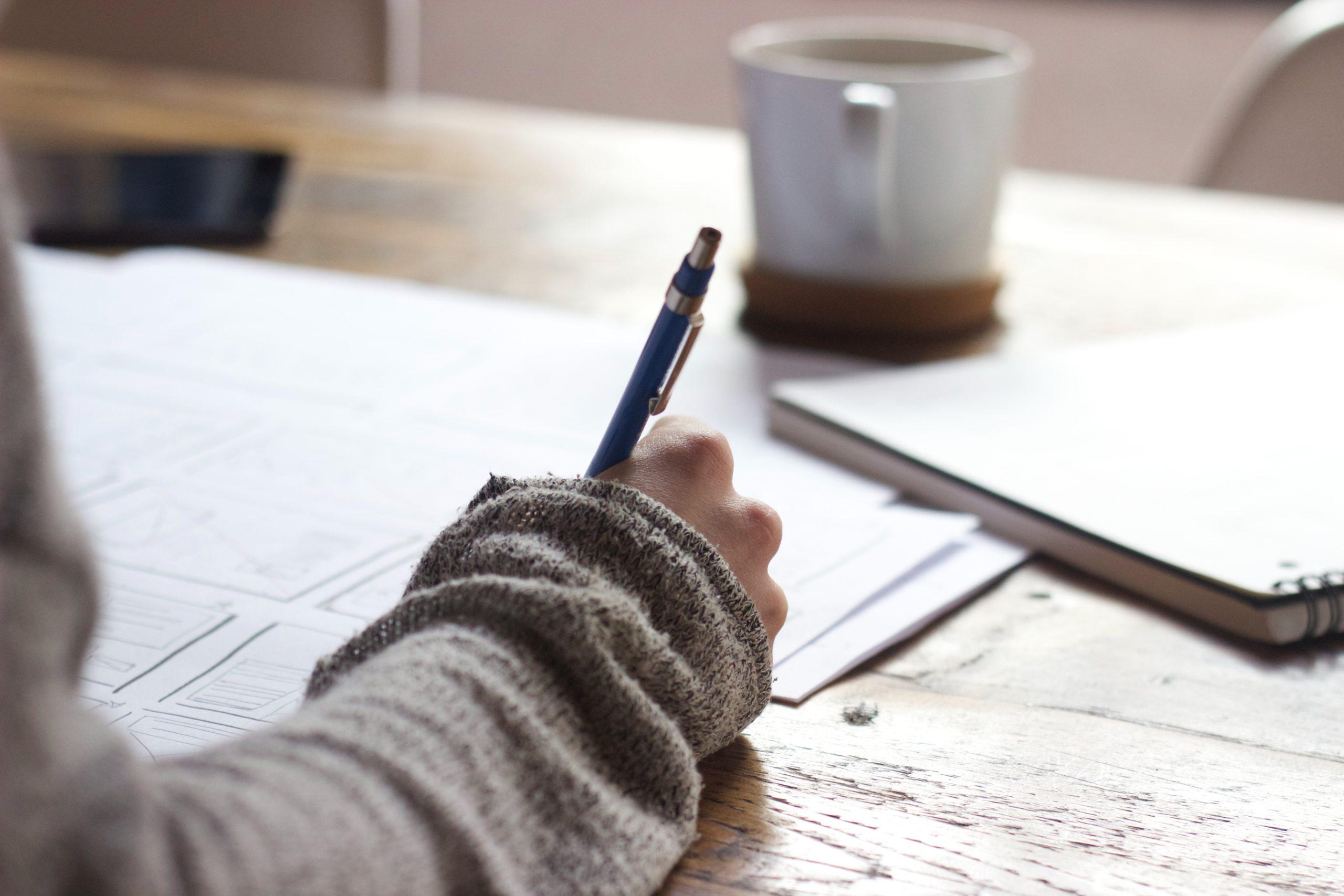 Person som skriver med penna
