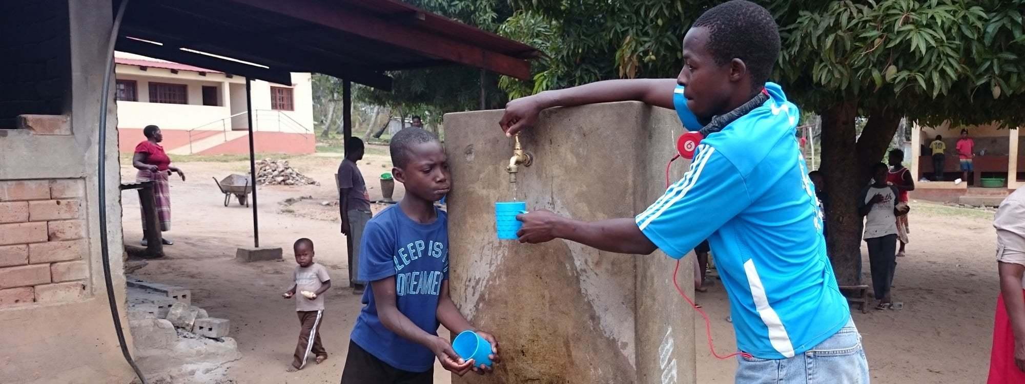 Personer som hämtar vatten