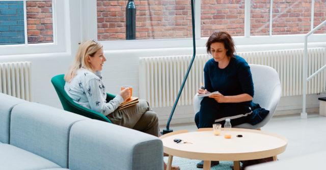 Två personer i samtal