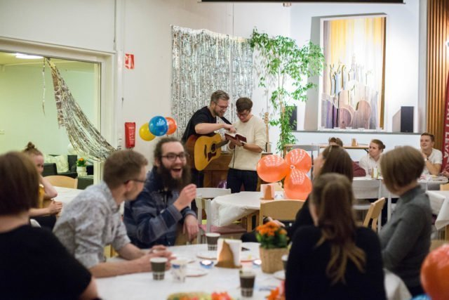 Ungdomar på café. Equmenia