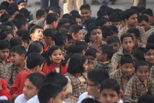 Stor samling med skolelever
