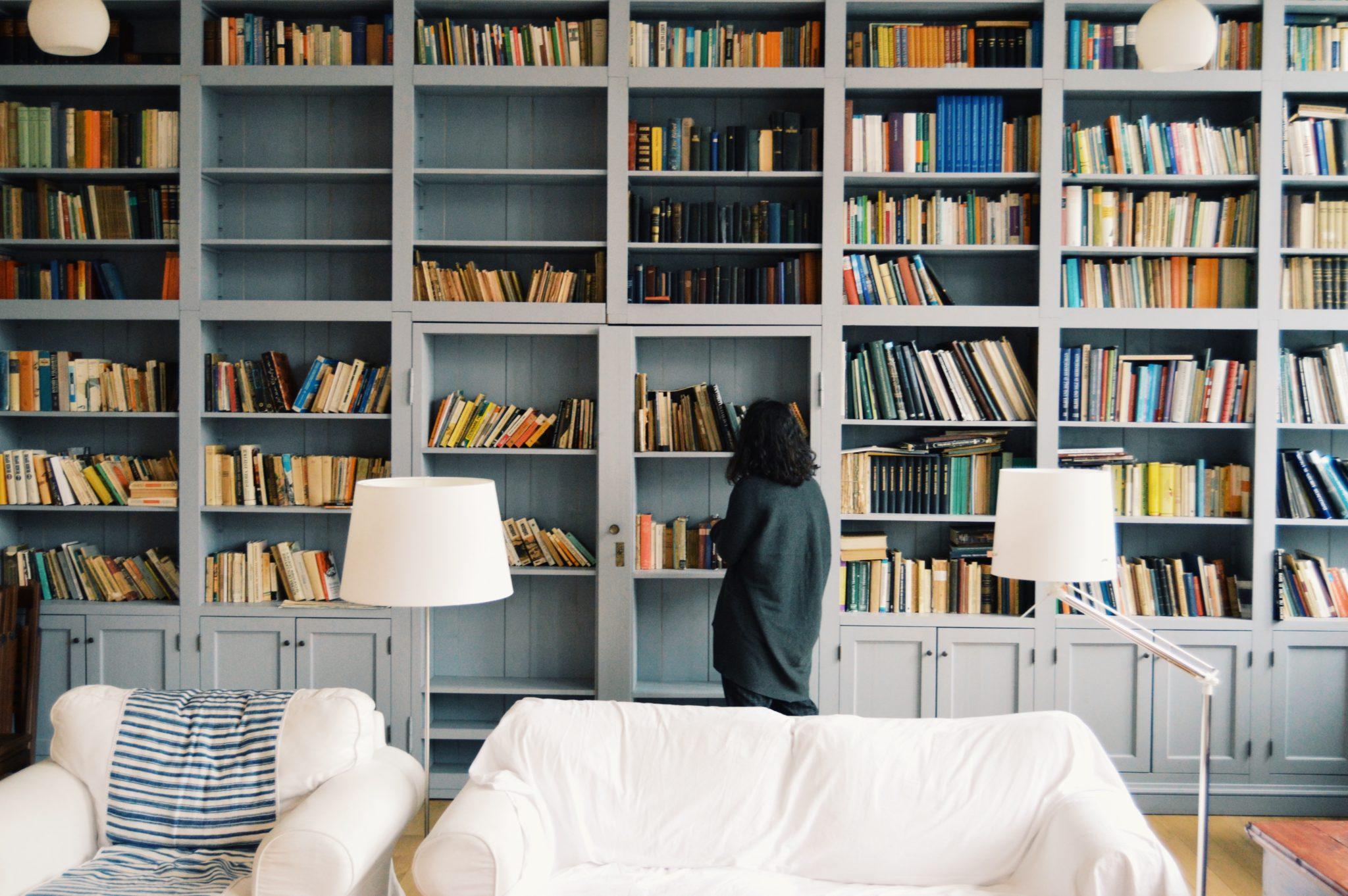 Stor bokhylla full med böcker