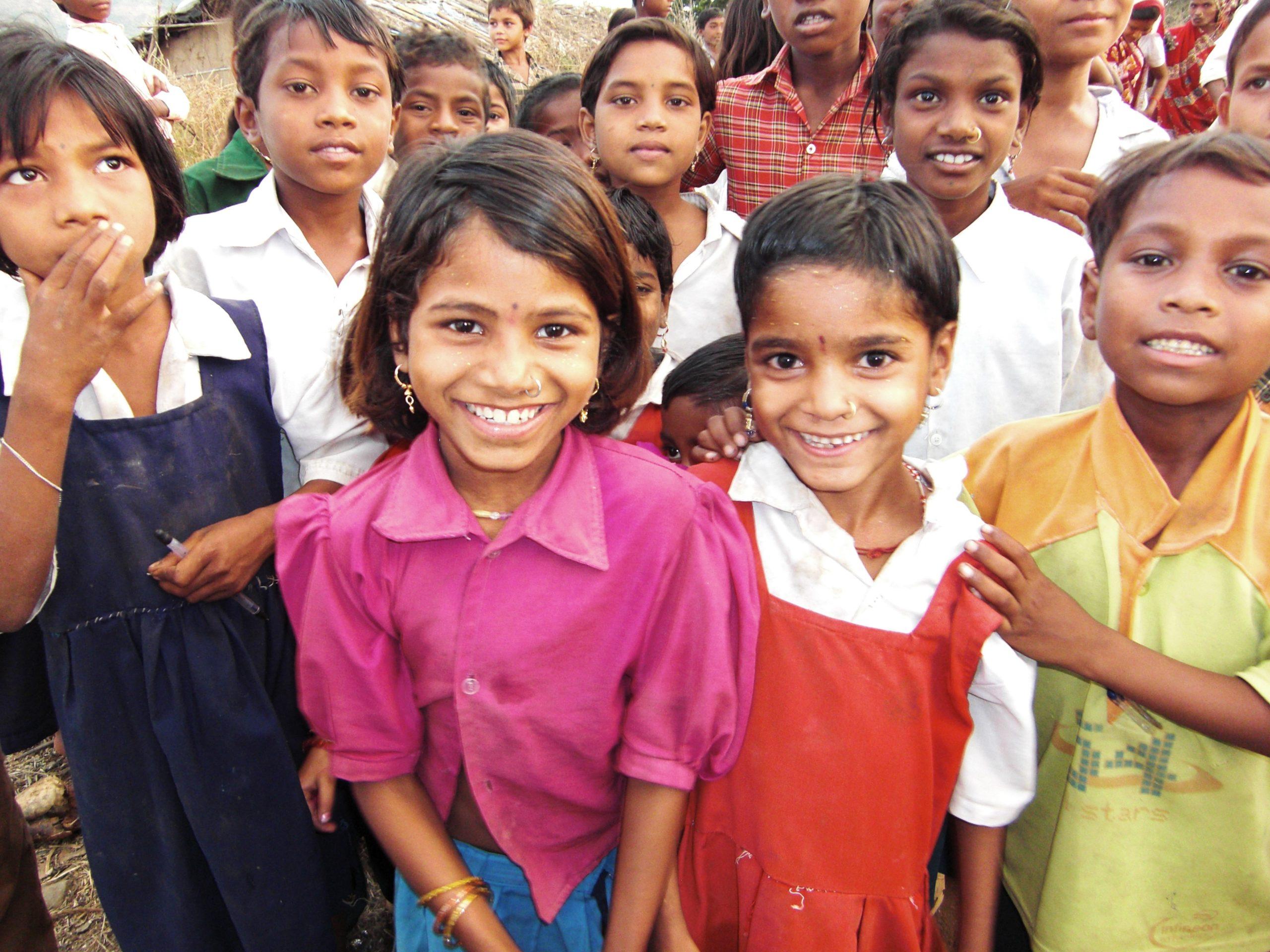 Stor grupp barn som skrattar och ler