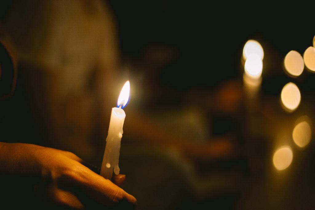 Ett tänt stearinljus