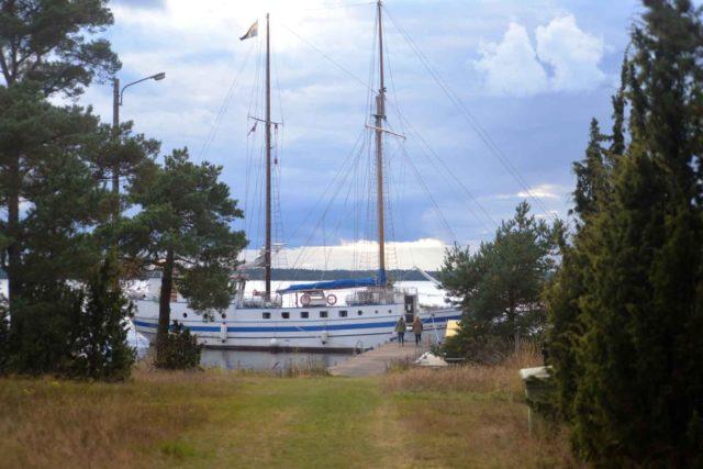 Missionsbåten Shalom förtöjd vid ö.