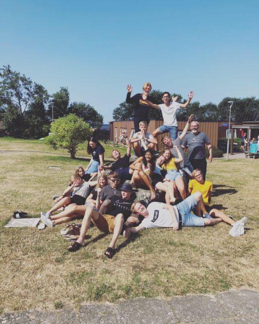 Gruppbild på tonåringar från läger på Strandgården