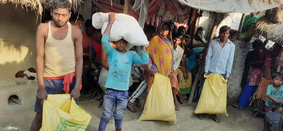 Män med matpaket i Indien