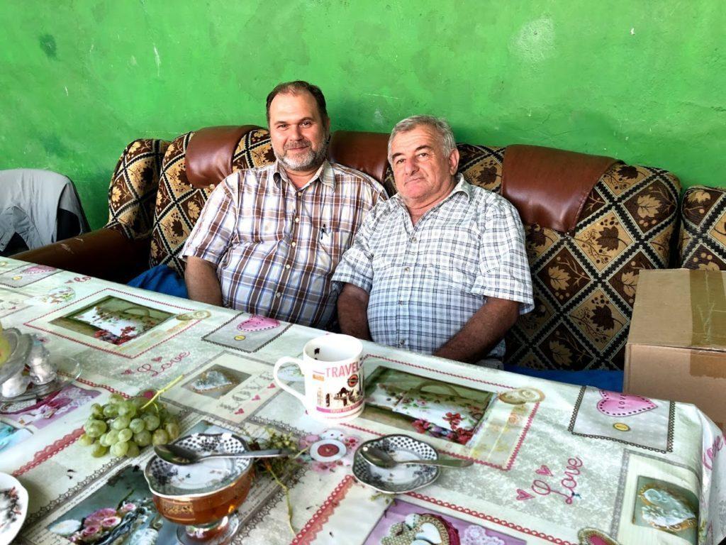 Hamid och Ilya i en soffa. Kaukasien